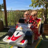 Jacques y Gabriella de Mónaco subidos a un pequeño coche de carreras