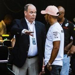 Alberto de Mónaco hablando con Lewis Hamilton en el Gran Premio de Mónaco