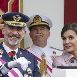 El Rey Felipe VI y la Reina Letizia fotografiados en el desfile de las Fuerzas Armadas en Logroño