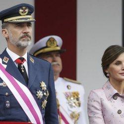 El Rey Felipe y la Reina Letizia presidiendo el desfile de las Fuerzas Armadas en Logroño