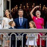 Federico de Dinamarca saludando por su 50 cumpleaños con Mary de Dinamarca, sus cuatro hijos y la Reina Margarita