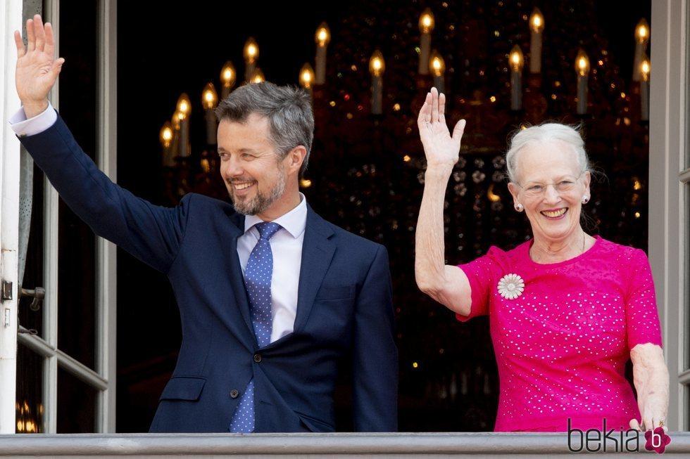 La Reina Margarita de Dinamarca con su hijo Federico de Dinamarca por su 50 cumpleaños