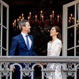 Federico y Mary de Dinamarca saludando desde el balcón por el 50 cumpleaños del Príncipe