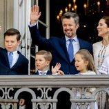 Federico y Mary de Dinamarca con sus cuatro hijos saludando por el 50 cumpleaños del Príncipe