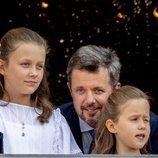 Federico de Dinamarca con sus hijas Isabel y Josefina de Dinamarca en el saludo por su 50 cumpleaños