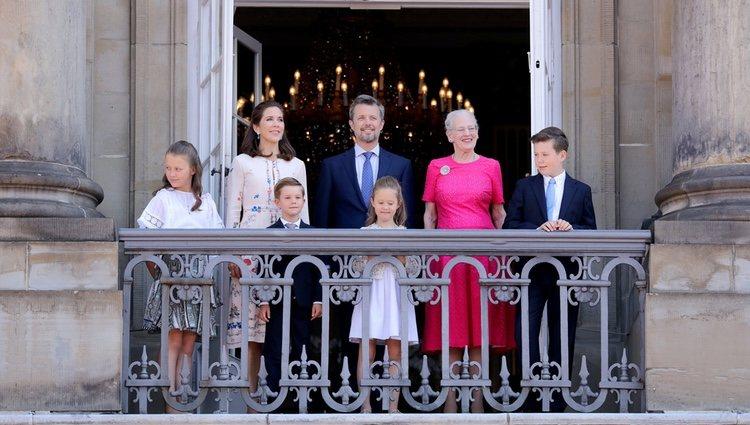 Federico de Dinamarca en el balcón por su 50 cumpleaños junto a su familia