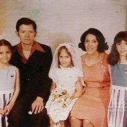 Jennifer Lopez en su primera comunión con sus padres y sus hermanas