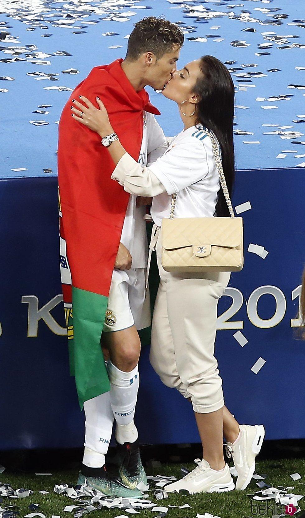 Cristiano Ronaldo besando a Georgina Rodríguez tras ganar el Real Madrid la Champions 2018