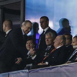 El Rey Juan Carlos saludando a Florentino Pérez en la final de la Champions 2018