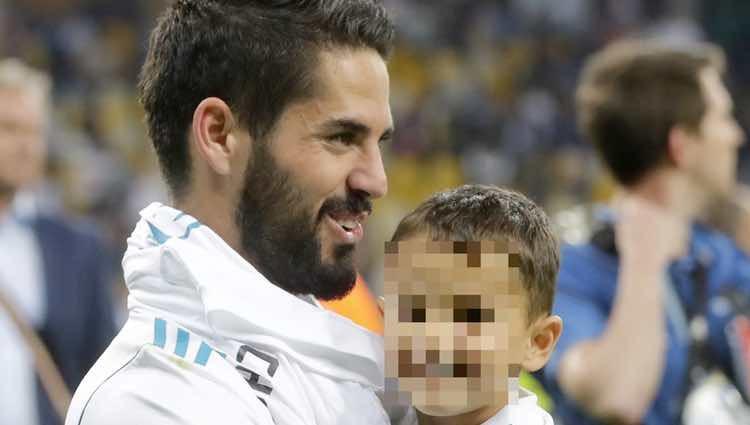 Isco Alarcón celebrando con su hijo la victoria del Real Madrid en la Champions 2018