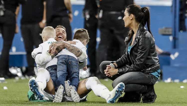 Sergio Ramos celebrando la Champions 2018 con Pilar Rubio y sus hijos Sergio y Marco
