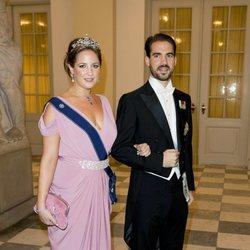 La Princesa Theodora y el Príncipe Felipe de Grecia en la cena de gala del 50 cumpleaños de Federico de Dinamarca