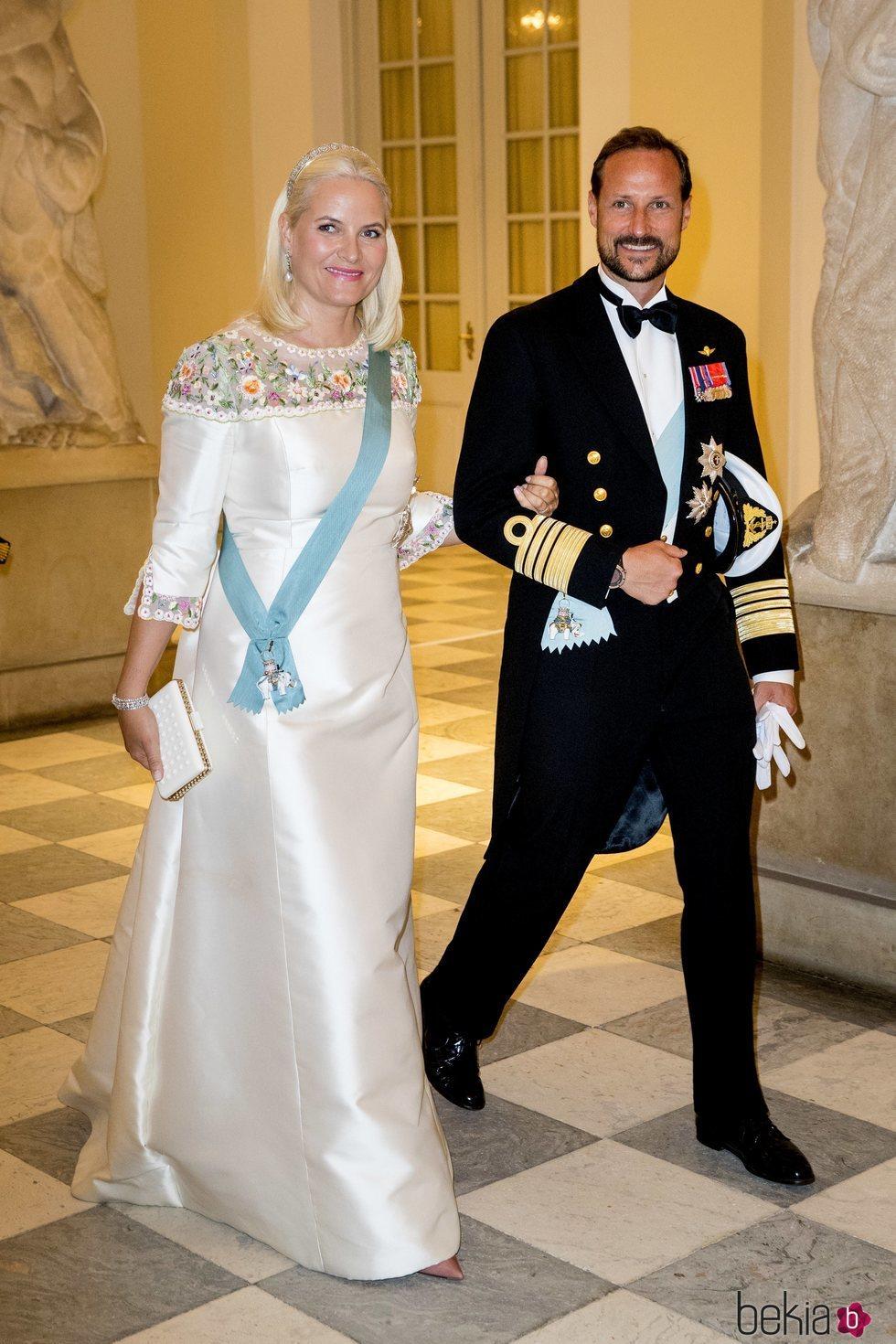 Los Príncipes Haakon y Mette-Marit de Noruega en la cena de gala del 50 cumpleaños de Federico de Dinamarca