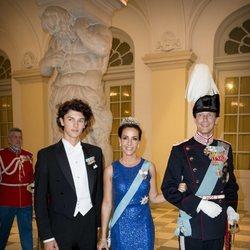 Nicolás de Dinamarca con los Príncipes Joaquín y Marie de Dinamarca en la cena de gala del 50 cumpleaños de Federico de Dinamarca
