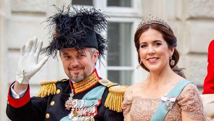 Federico de Dinamarca recorriendo las calles de Copenhague en calesa con la Princesa Mary