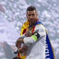 Sergio Ramos con su hijo Alejandro en brazos celebrando la Champions League 2018