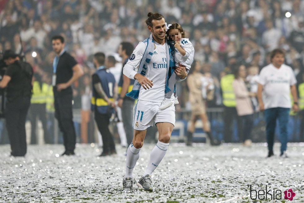 Gareth Bale con su hija Nava Valentina celebrando en el Santiago Bernabéu la Champions 2018