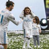 Gareth Bale con sus hijas Alba Violet y Nava Valentina celebrando en el Santiago Bernabéu la Champions 2018