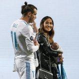 Gareth Bale y Emma Rhys-Jones con sus dos hijos pequeños celebrando en el Santiago Bernabéu la Champions 2018