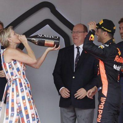 Charlene de Mónaco bebiendo de la botella de champán del ganador del Gran Premio de Mónaco de F1