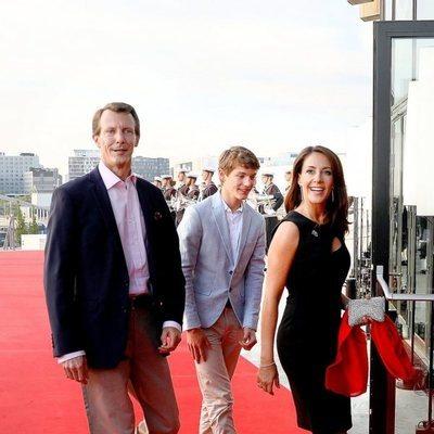 Félix de Dinamarca con los Príncipes Joaquín y Marie de Dinamarca en el concierto por el 50 cumpleanos de Federico de Dinamarca