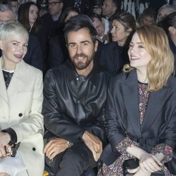 Michelle Williams, Justin Theroux y Emma Stone en un desfile en París