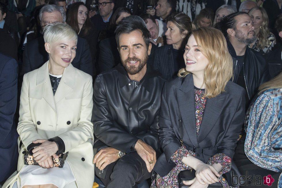 Michelle Williams, Justin Theroux y Emma Stone en un desfile en París