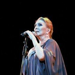 María Dolores Pradera durante un concierto en Madrid