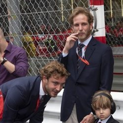 Pierre y Andrea Casiraghi disfrutando de la Fórmula 1 con el pequeño Sasha