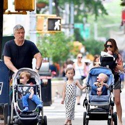 Alec Baldwin e Hilaria Thomas con sus cuatro hijos de paseo por Nueva York