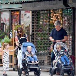 Alec Baldwin e Hilaria Thomas de paseo por Nueva York junto a sus cuatro hijos