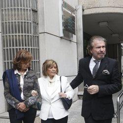 María Teresa Campos y Bigote Arrocet saliendo de la capilla ardiente de María Dolores Pradera