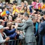 El Rey Felipe saluda a los ciudadanos en Reinosa