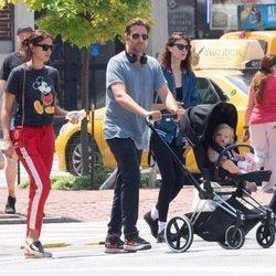 Irina Shayk y Bradley Cooper de paseo por Nueva York con su hija Lea