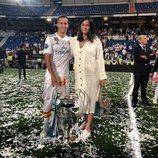 Lucas Vázquez y Macarena Rodríguez celebrando la Champions 2018 en el Santiago Bernabéu