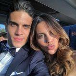 Marc Bartra y Melissa Jiménez de camino a la boda de Sergi Roberto y Coral Simanovich