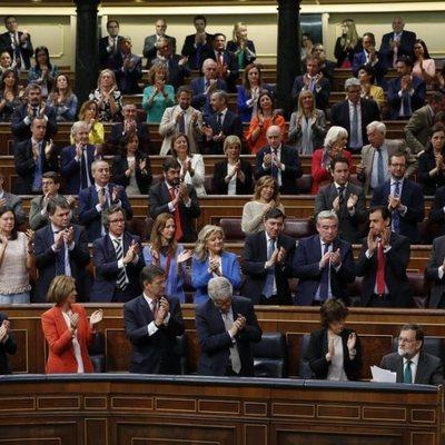 Los diputados del PP aplaudiendo a Mariano Rajoy durante el Debate de la moción de censura