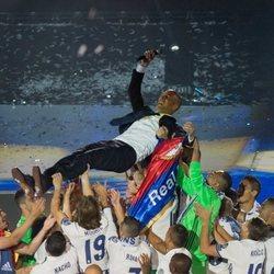 Zidane, manteado por los jugadores del Real Madrid