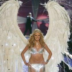 Heidi Klum desfilando en Nueva York en el Victoria's Secret Fashion Show 2005