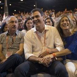 Pedro Sánchez y Begoña Gómez durante un evento político