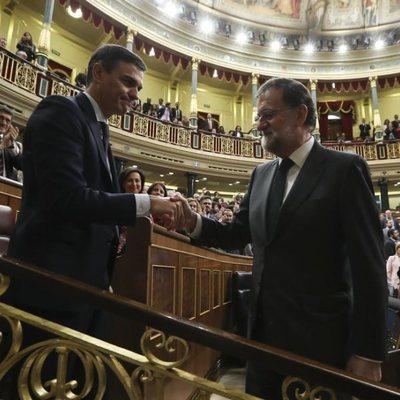 Mariano Rajoy felicitando a Pedro Sánchez tras salir adelante la moción de censura contra él