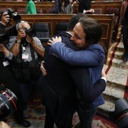 Pedro Sánchez abrazando a Pablo Iglesias tras convertirse en Presidente del Gobierno
