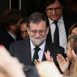 Mariano Rajoy saliendo del Congreso tras haber perdido el cargo de Presidente del Gobierno