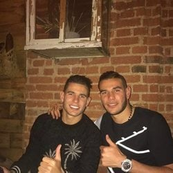 Lucas y Theo Hernández en un restaurante