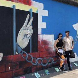 Sergio Ramos y Pilar Rubio en el muro de Berlín
