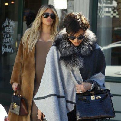 Khloe Kardashian luciendo embarazo en Los Ángeles junto a su madre Kris Jenner