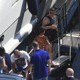 Amigos y familiares montandose en el yate de Cristiano Ronaldo en Marbella