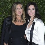 Jennifer Aniston y Courteney Cox en una cena benéfica de Chanel en Malibú (California)