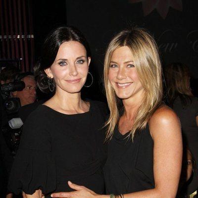 Courteney Cox y Jennifer Aniston disfrutando de un evento en el año 2010