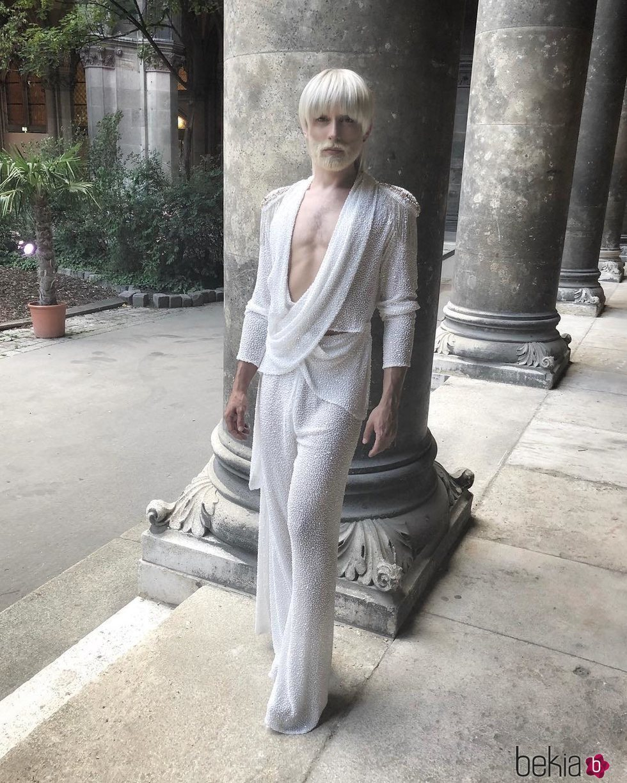 Conchita Wurst luce melena y barba rubia platino en la Life Ball 2018